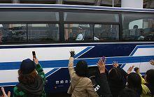 バスで退場の選手たち ファンサービスも一流のイチロー