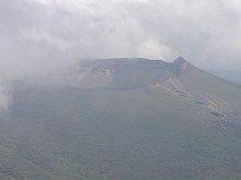 韓国岳登山(頂上から見た新燃岳)