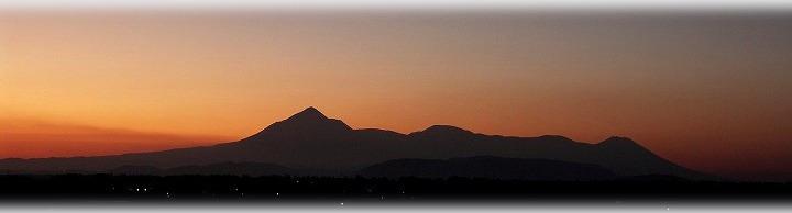 夕日の中の霧島山