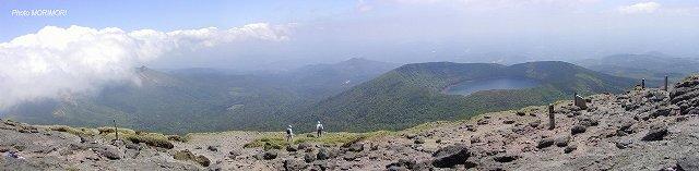 韓国岳登山(韓国岳山頂より見た大浪池、左の雲がかかった山は新燃岳)